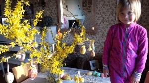 """Victoria kvelden før avreise Veggli/Spania/Tua: har akkurat pyntet """"det siste"""" påske-treet hjemme"""" Hun elsker slikt, akkurat som sin mor :-)"""