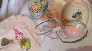 """Påskeharelys, tights (i en herlig lys aprikos farge), flere søte sommerfugl-spenner, """"lydboks"""" - alt overaskende i et herlig søtt påske-egg. Kun til Emily <3"""