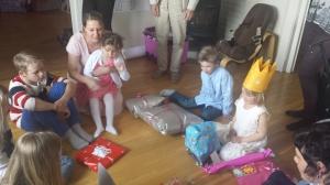 """Flasketuten peker på"""" - slik fikk Emily gavene, de barna som ville satt i ring rundt gulvet med sine gaver samt gavene fra de voksne i familien åpnet vi her - veldig stas også for storesøster!"""