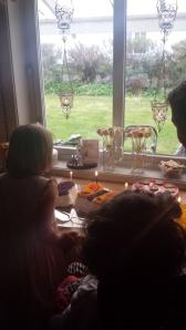 Victoria hjelper Emily å blåse ut lysene på kaka!