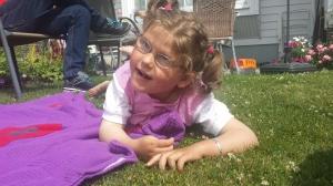 Emily koser seg på gresset
