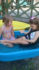 Småsøstrene bader sammen i barnehagen