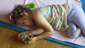 Så sovnet Lillegull på matta, like etter at hun hadde blitt kjørt hjem. Ei jente som tydeligvis hadde hatt det helt supert!