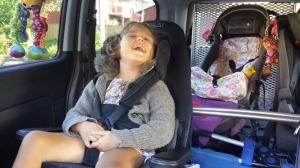 Emily i bilen mandag morgen, klar for barnehagestart!