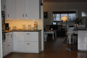 """Herlig med god """"danseplass"""" på det nye kjøkkenet, som er rett utenfor Emily`s rom (dobbeldør inn til hennes rom)"""
