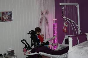 Emily koser seg i sansehjørnet på hennes nye rom!