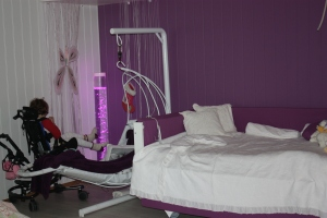 Emily`s nye fine hvite store hev/senk seng, med polstrede kanter i lilla bomull-lerret stoff
