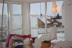 Store vinduer med havutsikt. Utgang til veranda (glass-skyvedør) Treningsmatte og lekehjørne foran, samt en god gyngestol mamma fant på Finn.no