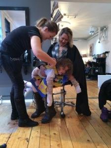På slutten av klippingen måtte Emily ligge på magen. For å få klippet litt i alle krøllene bak også!