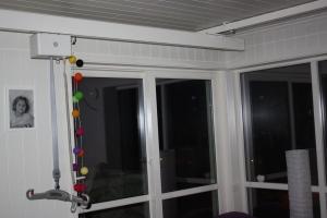 her ser man deler av takeheisen på rommet hennes. Dekker hele rommet!!