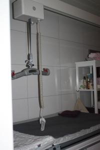 Her ser man deler av takheisen på badet, her over stellebordet
