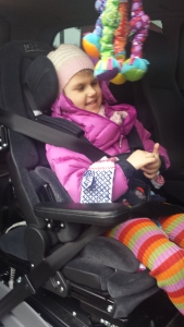 JIPPI DET ER FREDAG! Emily i bilen på vei hjem fra barnehagen fredag kl. 16.25