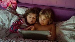 Småsøstrene ser på NrK super søndag morgen i senga til Emily
