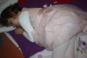 Emily liker også egentid noen ganger (her i Ofa sin bursdag i februar) Da snur hun bare ryggen litt til!