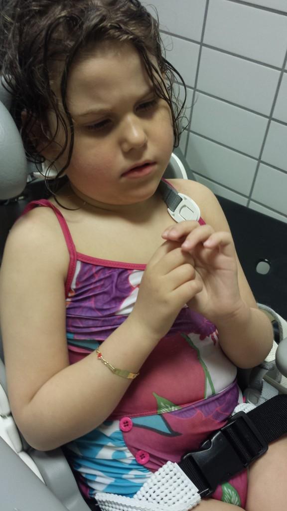 Ei litt trøtt jente i garderoben etter bade-økten