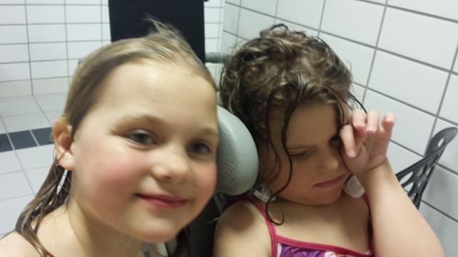 Lille store storesøster var til stor hjelp i garderoben, som vi for øvrig hadde helt for oss selv!