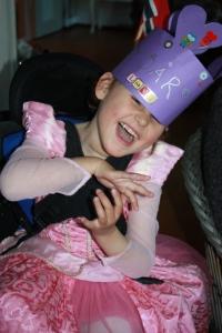 Se så fin krone de lagde til meg i barnehagen!