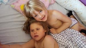 Litt småsyk Emily lørdag morgen-får trøst av storesøster
