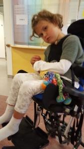 Verdens beste Lillegull, venter tålmodig på labèn på sykehuset.