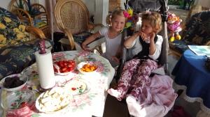 Victoria og Emily har dekket bordet i den KOSELIGE havestuen <3