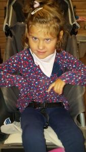 Emily i morges i ny genser fra Polarn O. Pyret. Skal ikke stå på ansikts-utrykk her nei! Actionbilde, da jenta vugger frem og tilbake og nesten velver vogna hun sitter i...