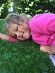 Emily har vært på 1 døgns avlastning hos beste Nina og familien <3 Lykke å få et slikt bilde tikkende inn på mobilen, jenta som vet å kose seg på gresset!