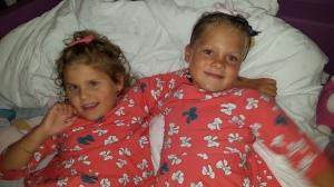 Småsøstrene i matchende kjoler
