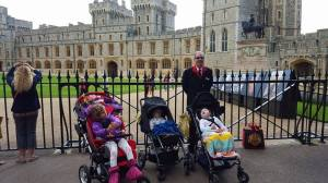Vår egen private guide rundt Windsor Castle, med de tre minste besøkende- våre kjære mpei barn som var med den dagen