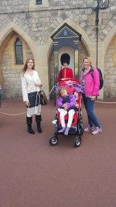 Rebecca, Emily og mamma foran one of the guards, Windsor Castle