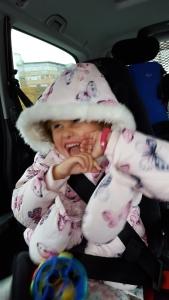 Så blid var Emily på vei hjem fra Oslo! Først begynte hun å skratt-le i en tunnel (det pleier hun) men latteren vedvarte også lenge etter at vi hadde kjørt ut av tunellen...